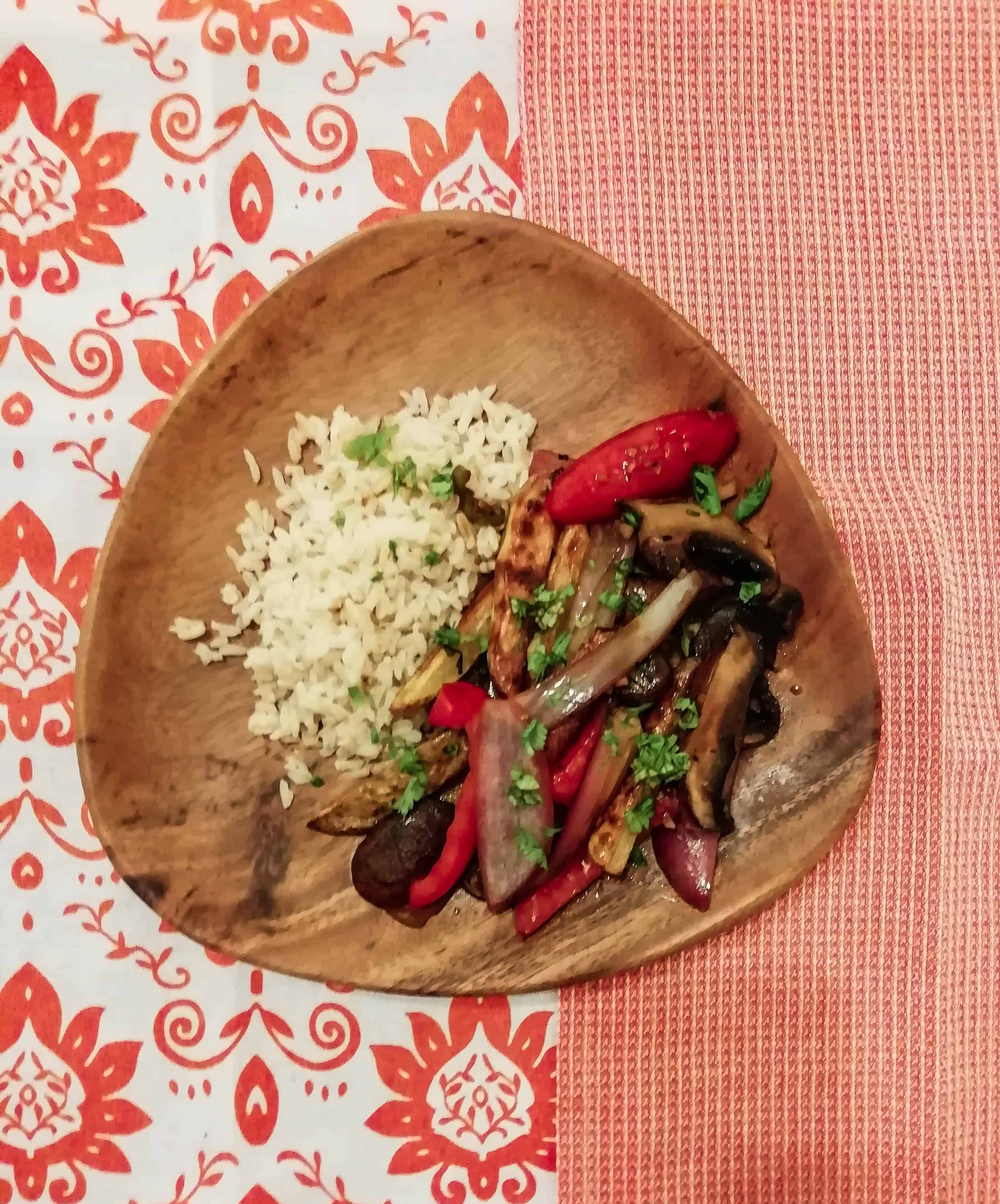 Plate of brown rice served with portabella stir fry called saltad0