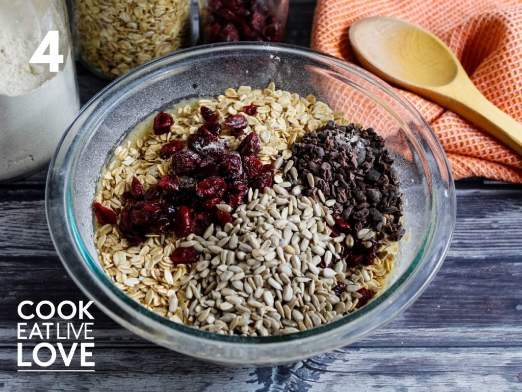 Oats, cranberries, cacao and sunflower are added to the batter for oatmeal cookies with cacao.