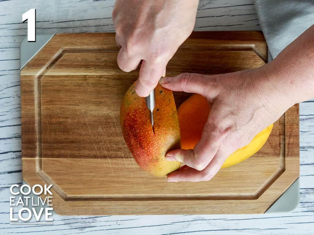 Cutting the mango